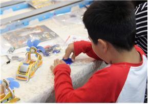 자기부상 풍력열차를 만들고 있는 어린이. ⓒ 최혜원 / ScienceTimes