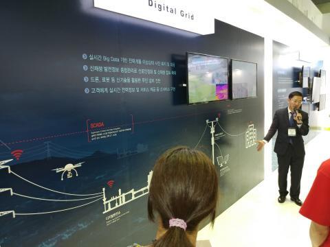 . 한국전력 관계자가 실시간 빅데니터를 기반으로 전력계통 이상상태 예지 및 대응 할 수 있는 스마트 그리드 시스템을 설명하고 있다.  ⓒ ScienceTimes