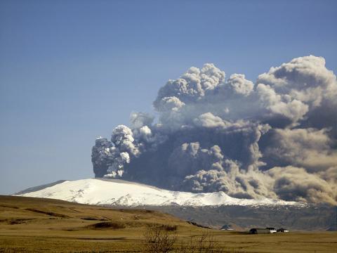 화산 폭발로 분출된 화산재는 햇빛을 차단하거나 육지나 바다에 떨어져 다양한 작용을 함으로써 지구환경에 큰 영향을 미쳐왔다. 아이슬랜드 에이야프얄라외쿨(Eyjafjallajökull) 화산 분출 모습.  Credit: Wikimedia Commons / Boaworm