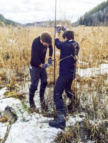 제임스 리 박사(왼쪽)와 프란체스코 무스키띠엘로 박사가 스웨덴에서 고대 빙하 호수의 퇴적물을 수집하기 위해 구멍을 뚫고 있다. 만년설로 불리는 층상의 퇴적층은 변화하는 대기 조건에 대한 빙상의 반응을 담고 있다. Credit: Francesco Muschitiello