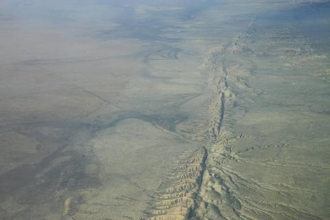 지구 자전속도가 미세하게 느려지면서 대지진이 대거 발생하고 있다는 주장이 제기돼 큰 주목을 받고 있다. 사진은 미국 로스앤젤레스 서북단 샌앤드레어스 단층에서 발생한 지진 장면.   ⓒWikipedia