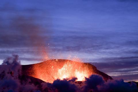 아이슬랜드 에이야프얄라외쿨(Eyjafjallajökull) 화산 분출 모습. 2010년 4월 17일. Credit: Wikimedia Commons / Árni Friðriksson