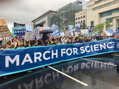지난 4월22일 워싱톤에서 열린 '과학을 위한 행진(March of Science)' 현장. 미국 워싱톤에서 시작된 과학자들의 시위가 전 세계로 확산되면서 지금까지 그 활동이 다양하게 전개되고 있다.