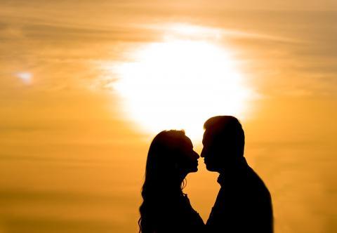 연인들의 모습. 두 연인  사이에 제3의 인물이 끼어들면 질투를 유발할 수 있다. 그러나 질투는 배우자 간 결속을 강화하는 긍정적 역할을 한다.