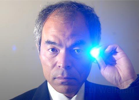 자신이 세계 최초로 개발한 청색 LED를 들고 있는 나카무라 슈지교수. ⓒ 위키백과