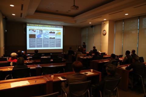 조우석 센터장이 삼베 질감을 살린 디지털 도자 디자인 기술 개발 사례를 설명하고 있다. ⓒ KIST 전통르네상스지원단