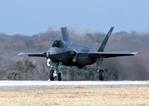 2006년 12월 시험비행에 성공하고 있는 F-35 라이트닝 II(F-35 Lightning II) 모습.  미국, 중국, 러시아 등 강대국들 간에 차세재 전투기 개발경쟁이 뜨겁게 달아오르고 있다.   ⓒWikipedia