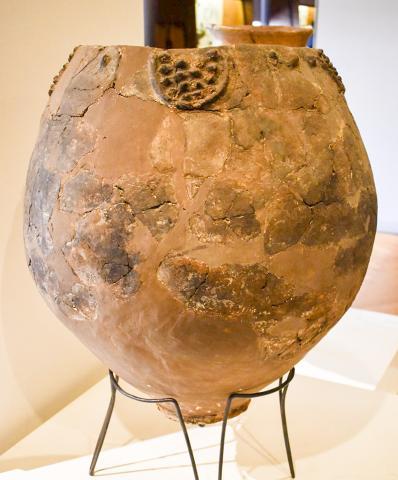 신석기시대의 대형 항아리. 포도주 양조에 사용된 이 항아리는 조지아공화국 클라미스 디디 고라에서 발굴돼 조지아 국립박물관에 소장돼 있다.  CREDIT: JUDYTA OLSZEWSKI