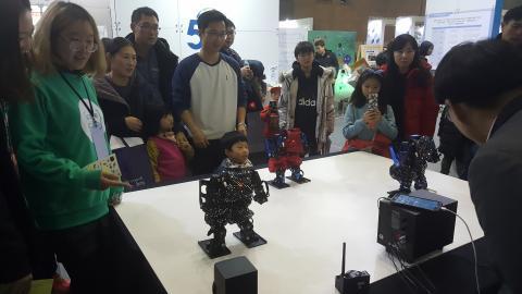 무한상상실에서 선보이는 로봇댄스를 보고 있는 관람객들. ⓒ 김지혜/ScienceTimes