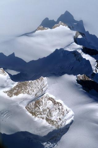 2004년 NASA 인공위성이 촬영한 남극의 라르센 빙붕. 라르센A, 라르센 B 빙붕이 이탈한데 이어 최근 라르센 C 빙붕이 이탈하고 있다는 소식이 전해니고 있다.   ⓒNASA