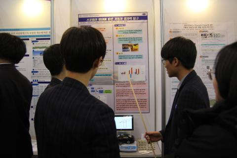 과학중점학교 학생 과제연구회에 참가해 포스터 발표를 하고 있는 학생들 ⓒ 최혜원 / ScienceTimes