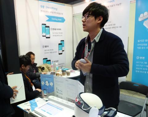 앱과 연동되는 정신질환 치료 웨어러블 기기 '마인드'를 시연해보고 있다.