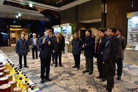 한국과학기술연구원 한호규 박사가 새로 개발된 '크린 명유' 대해 평가위원들에게  설명하고 있다.