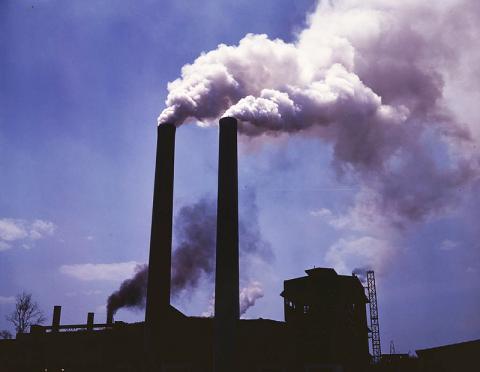 코크스 제조 가마에서 품어져 나오는 대기오염 물질 Credit : Wikimedia Commons / Library of Congress / Alfred T. Palmer
