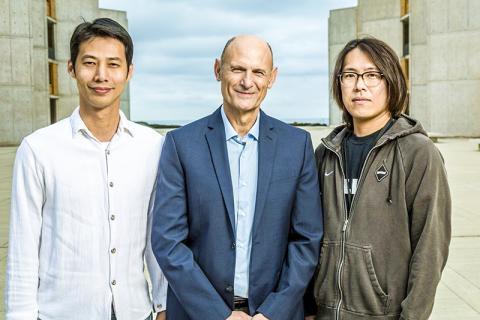 연구를 수행한 이즈피수아 벨몬테 교수(가운데)와 논문 제1저자인 신-카이(Ken) 랴오(왼쪽) 연구원과 후미야키 하타나카 연구원.  CREDIT: Salk Institute