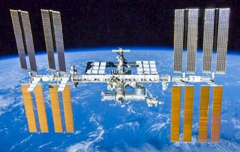 일반 가정에서와 같이 다양한 미생물군이 살아가고 있는 국제우주정거장. Credit: NASA