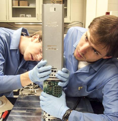 미 콜로라도대(보울더) 학생들의 장비 제작 모습. 수십 명의 학생들이 참여해 만든 작은 위성과 관측장비를 이용해 반 알렌 대 안쪽 벨트의 에너지 입자를 찾아내는데 성공했다.  CREDIT: University of Colorado