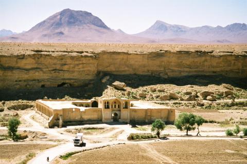 고고학자들로 구성된 미국과 아프가니스탄 공동연구팀이 전쟁 중인 아프가니스탐에서 스파이 위성 등 첨단 장비를 활용해 실크로드와 관련된 유적들을 4500여개나 발견했다.  사진은 이 지역에서 발견된 대상들의 숙소 유적.  ⓒWikipedia