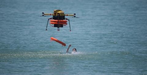 물에 빠진 조난자에게 구명튜브를 투하하는 드론의 모습 ⓒ 숨비