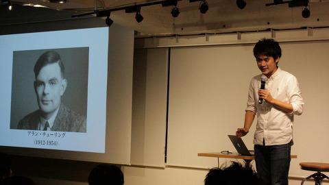 모리타 마사오가 수학연주회에서 앨런 튜링에 대해 설명하고 있다. ⓒ 수어빌
