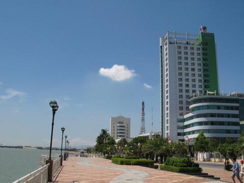 베트남 다낭항. 베트남은 2%대의 낮은 실업률과 6% 수준의 경제성장률, 1%미만의 물가상승률을 보이며 가파르게 성장하고 있어 한국 청년들이 베트남을 취업처로 많이 찾고 있다. ⓒ 위키피디아
