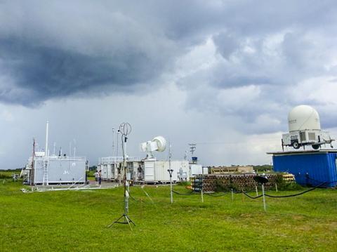 브라질 마나우스의 하강기류가 형성되는 곳에 세워진 중장비를 갖춘 지상관측소에서 그리 오션 아마존 연구 캠페인 기간 동안 에어로졸과 구름, 태양 및 열 에너지를 측정하고 있다.  CREDIT: US Department of Energy ARM Climate Research Facility