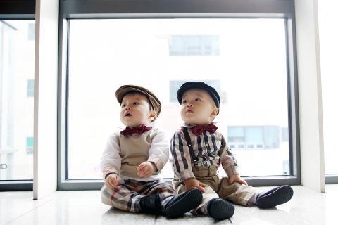 일란성 쌍둥이는 생물학적으로도 매우 닮았다. ⓒPixabay