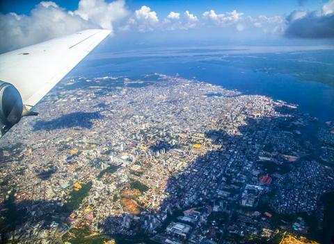 에어로졸 탐색자와 다른 센서들을 갖춘 연구용 비행기가 그린 오션 아마존 연구 캠페인 기간 동안 브라질 마나우스시 상공에서 자료를 수집하고 있다.  CREDIT: US Department of Energy ARM Climate Research Facility