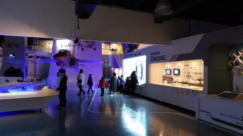 아이들이 새로 리모델링한 최첨단기술관 '항공·우주 코너'를 관람하고 있다.
