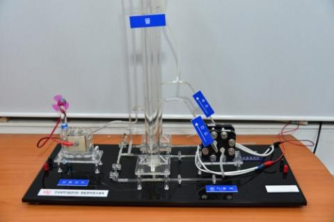 KIST 연구진이 개발한 전극을 물 전기분해 장치키트에 적용, 수소를 생산하는 모습.  ⓒ KIST