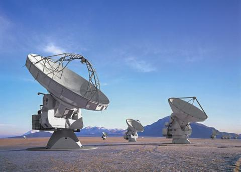 유럽과 미국, 캐나다 일본, 한국 등 세계 주요국들이 14억달러의 설치 자금을 출연해 칠레 북부 안데스 산맥 기슭 아타카마 사막 평원에 설치한 전파망원경 군집(The Atacama Large Millimeter/submillimeter Array; ALAM). 66개의 안테나가 설치돼 있고, 0.32~3.6㎜파를 사용한다. 2013년 3월에 전면 가동됐다.   Credit: ALMA (ESO/NAOJ/NRAO)/L. Calçada (ESO)/H. Heyer (ESO)/H. Zodet (ESO)