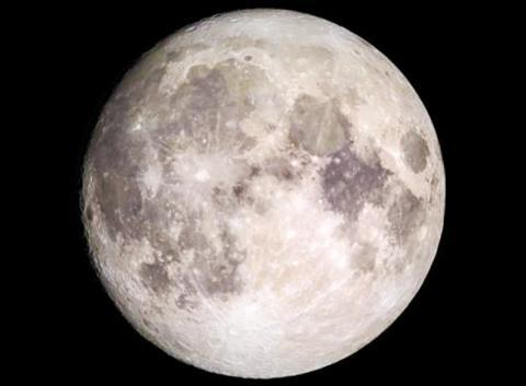 달에 충분한 물이 있고 접근하기가 편리하다면 미래의 탐사자들은 이를 자원으로 사용할 수 있을 것이다.  CREDIT: NASA's Goddard Space Flight Center