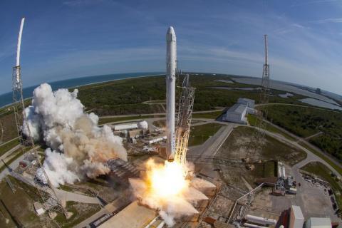 6일(현지 시간) 미국 케네디우주센터 39A발사대에서 발사된 사상 최강의 재활용 로켓  '팰컨 헤비(Falcon Heavy)'. 발사시험에 성공을 거두면서 화성탐사의 꿈이 현실화하고 있다. ⓒSpace X