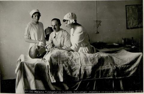 환자에게 살바르산을 주사하는 의료진1918년 ⓒ Free photo