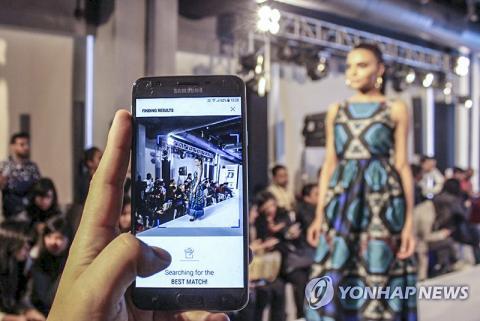 전시된 의상을 찍어 인터넷 쇼핑물에 유사한 제품이 있는지 비교할 수 있는 기술도 나왔다.  ⓒ 연합뉴스