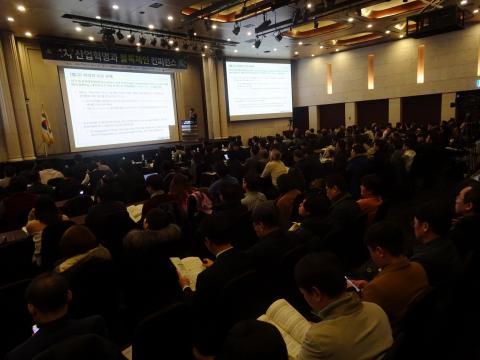 블록체인과 가상화폐에 대해 궁금한 시민들의 참여가 뜨거웠다. 지난 28일 서울 강남구 엘타워에서 열린 '블록체인 컨퍼런스'에 많은 시민들이 참관하고 있는 모습.