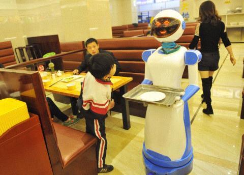중국 선전의 로봇 스타트업 Ubtech이 만든 서비스 레스토랑 지능형 로봇 웨이터 '알파 2'를 아이가 신기하게 쳐다보고 있다. ⓒ alibaba.com
