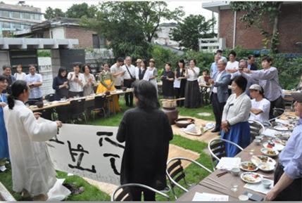 전통주를 즐기는 사람들의 모임에서 함께 술을 즐기는 모습.  ⓒ 박록담