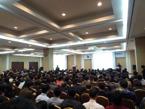 13일 서울 강남구 코엑스 E홀에서 열린  'AI, 블록체인과 IoT 융합 비즈니스 컨퍼런스'에 수많은 인파들이 몰리며 블록체인 시장에 높은 관심을 보였다. ⓒ 김은영/ ScienceTimes