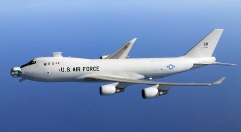 미중소 3대 우주강국 간의 우주 패권을 잡기 위한 무기개발 경쟁이 벌어지고 있다. 사진은 미 공군에서 선보인 레어저 수송기. 위성을 파괴할 수 있는 레이저 무기를 장착했다.   ⓒWikipedia