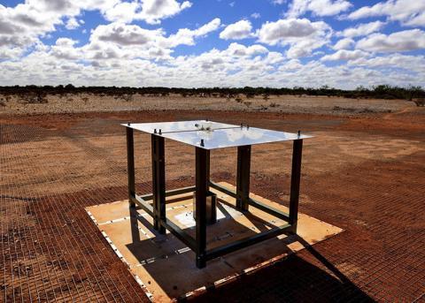 연구에 사용한 우주 전파 관측기구 모습. 전파는 두 개의 직사각형 금속 패널로 구성된 안테나로 수집한다. 이 안테나는 금속망 위 유리섬유로 만든 다리 위에 수평으로 장착돼 있다.  ⓒ CSIRO Australia