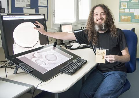 논문 제1저자인 데니스 뵈텐이 시조새와 원시 익룡의 뼈 벽 두께를 비교하기 위해 컴퓨터 화면에 표시한 모습. Credits: ESRF