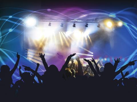 라이브 공연에서 청중들의 환호는 청중 간 그리고 연주자와 청중 간 동기화의 표현이다.   Credit: Pixabay