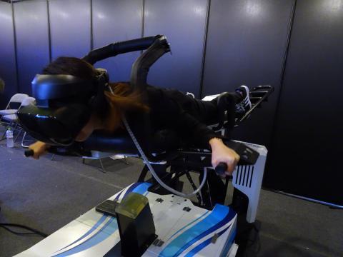 바로텍시너지의 'VR 윙슈트'를 입고 하늘을 나는 체험을 하고 있는 참관객. ⓒ 김은영/ ScienceTimes