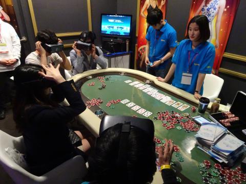 가상 포커 게임 '오아시스 VR'을 체험하고 있는 모습. ⓒ 김은영/ ScienceTimes