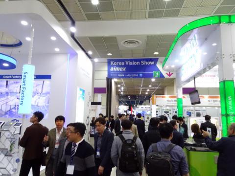 서울 강남구 코엑스에서 열린 '스마트 공장 + 오토메이션 월드 2018 (Smart Factory +Automation World 2018)' 전시회를 참관객들이 둘러보고 있다.  ⓒ 김은영/ ScienceTimes