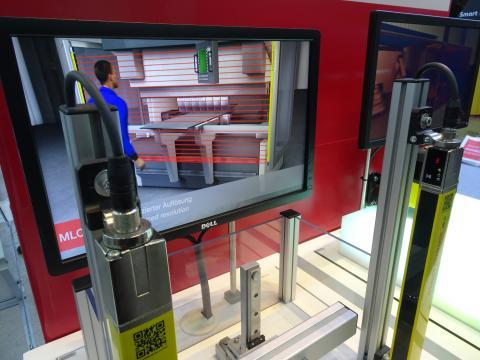 로이체 일렉트로닉(주)이 개발한 공장 안전용 커튼 'MLC 500'을 3D 캐릭터로 시연하는 모습. ⓒ 김은영/ ScienceTimes