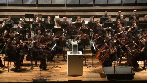 스위스 로봇기업 ABB가 제작한 양팔로봇 '유미(YuMi)는 지난해 9월 12일 루카 필하모니 오케스트라의 협연지휘자로 무대에 올랐다. ⓒ ABB