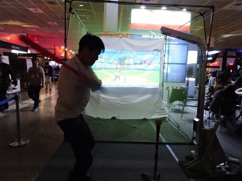 한 참관객이 AR 스포츠 코칭 솔루션 'Tcoach'를 체험하고 있다. ⓒ 김은영/ ScienceTimes