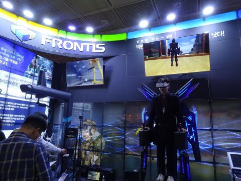 한 남성이 지난 4월 서울 코엑스에서 열린 VR 엑스포에서 VR 플랫폼 기업 프론티스가 출품한 VR 슈트를 입고 체험하고 있다. ⓒ 김은영/ ScienceTimes